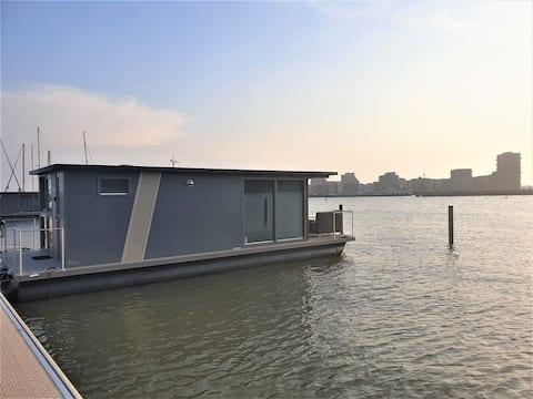 Houseboat Seven Bridges