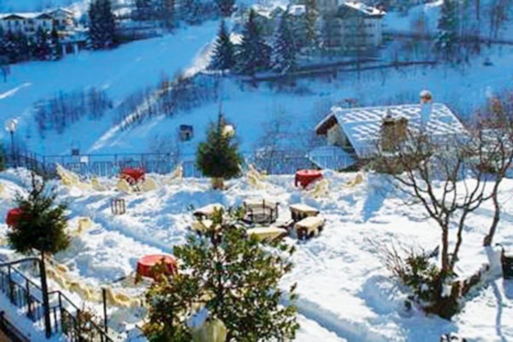 la terrazza sulle piste da sci