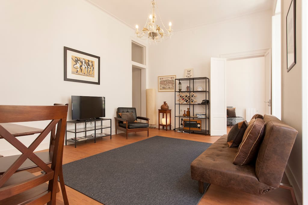 Confy and spacious living room, with a foldable table for 6.