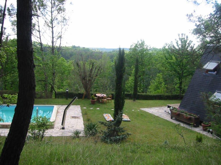 La propriété est dans les bois avec une vue magnifique sur la vallée