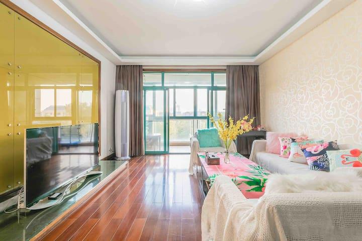 世博菲菲家庭公寓三室两厅两卫。世博展览馆 梅赛德斯奔驰文化中心零距离