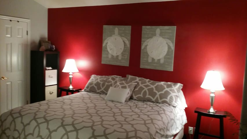Master Bedroom with connected bath. - Millcreek - Stadswoning