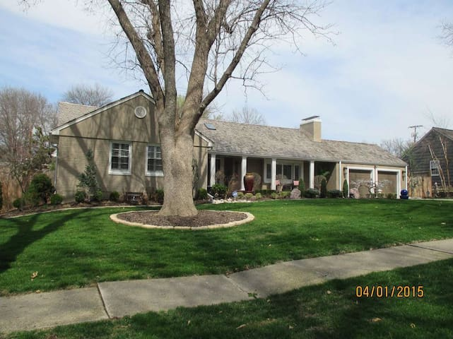 Large Home w/ a Pool Just South of Plaza District! - Kansas City - Casa