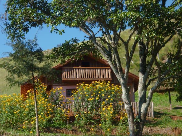 Chalé para até 4 isolado cozinha trilha lago vista