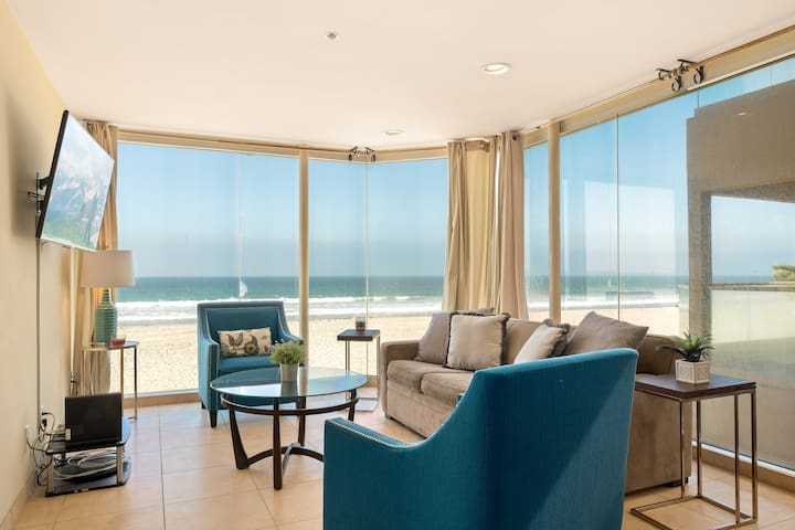 Spacious, waterfront condo w/ balcony overlooking the boardwalk - dogs welcome!