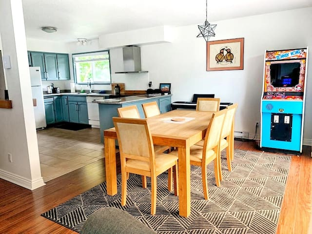 2-Bdrm Downtown Suite with Mountain Views & Forest