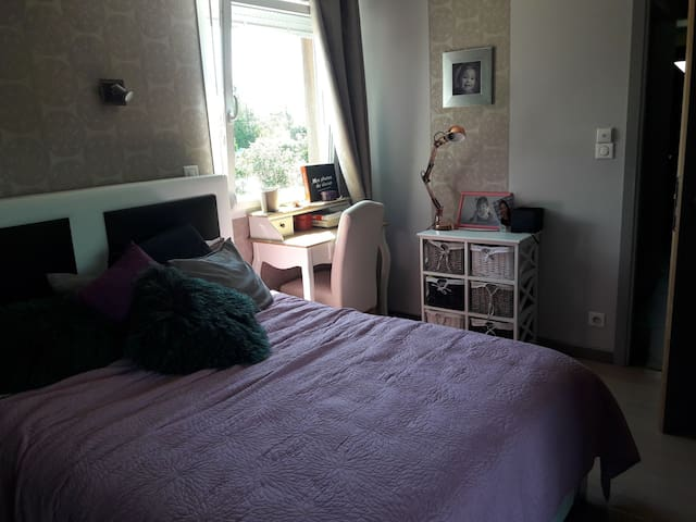 Chambre avec sdb et jacuzzi dans maison familiale