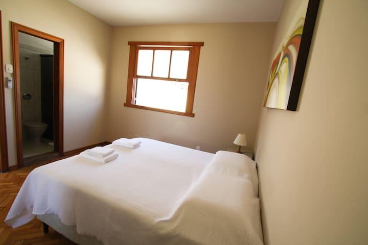Suíte completa com roupa de camas e toalhas.