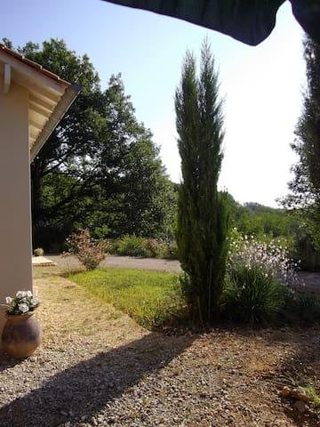"chambre d'hôtes ""les galets fleuris"" en Dordogne - Hautefort - ที่พักพร้อมอาหารเช้า"