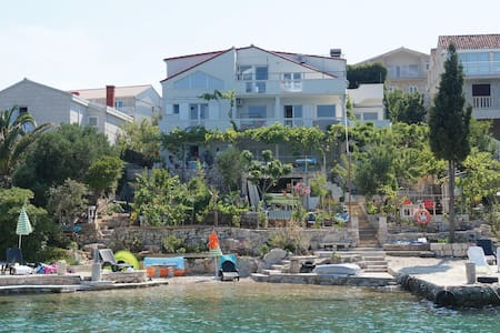 Holiday apartment with 3 bedrooms on 100m² in Lumbarda