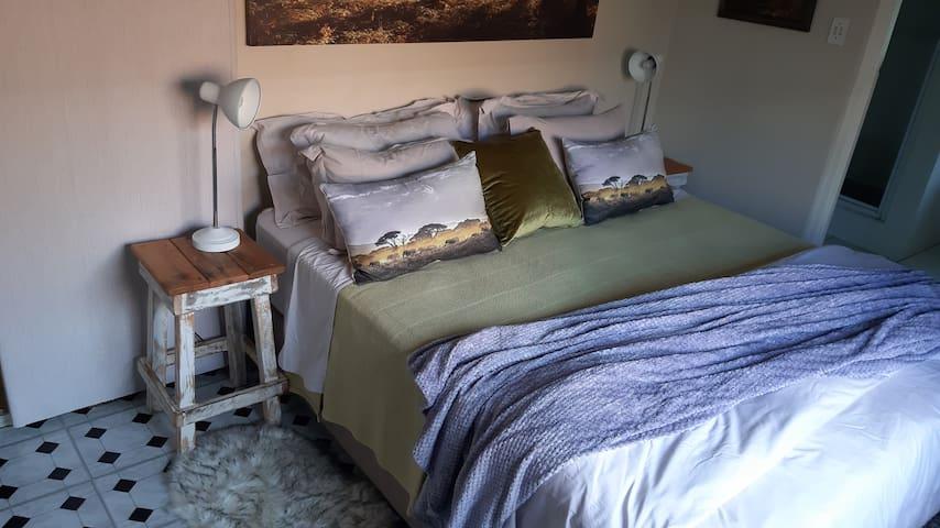 Bedroom 1 Queen size bed with Egytian percale linen.