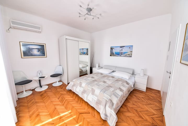 Villa Benelux - Double bedroom with sea-view
