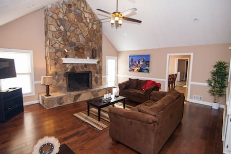 Scott Blvd-Beautiful Furnished Ranch-3 Bdrm,2.5 BA - Tyrone - Hus