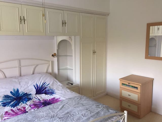 Large double bedroom in Cheam with ensuite shower