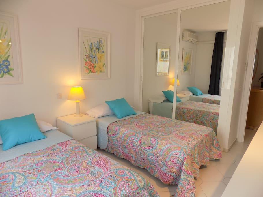 Dormitorio con armarios