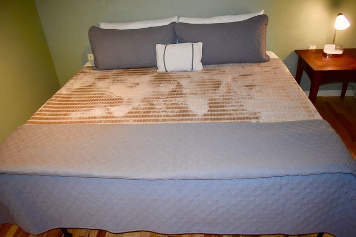 Welcome to Pittsburgh! Come and relax on this comfortable King Size bed!