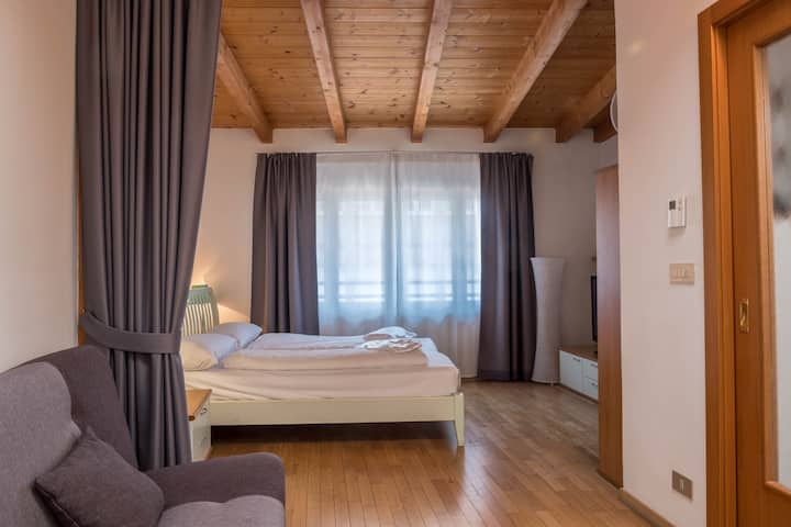 "Modern holiday attic ""5. Piano - FeWo Bolzano"" with Wi-Fi, air conditioning and in an optimal position in the old town of Bolzano"
