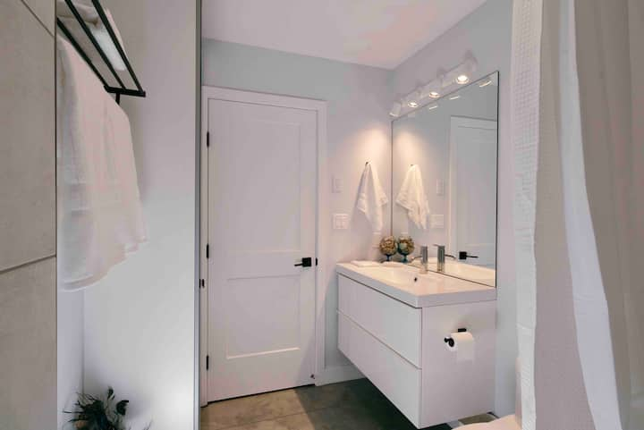 Stunning New Clean Private, Central Charming Suite