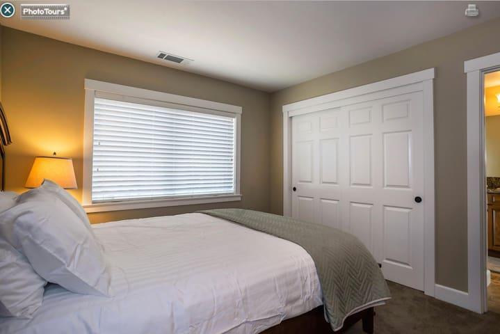 2nd Bedroom:Queen Size Bed.