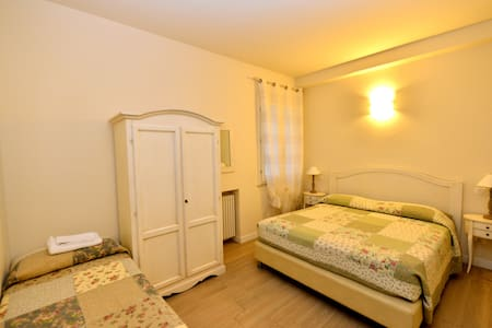 Camera tripla in Villa Bianca B&B - Sona - Bed & Breakfast