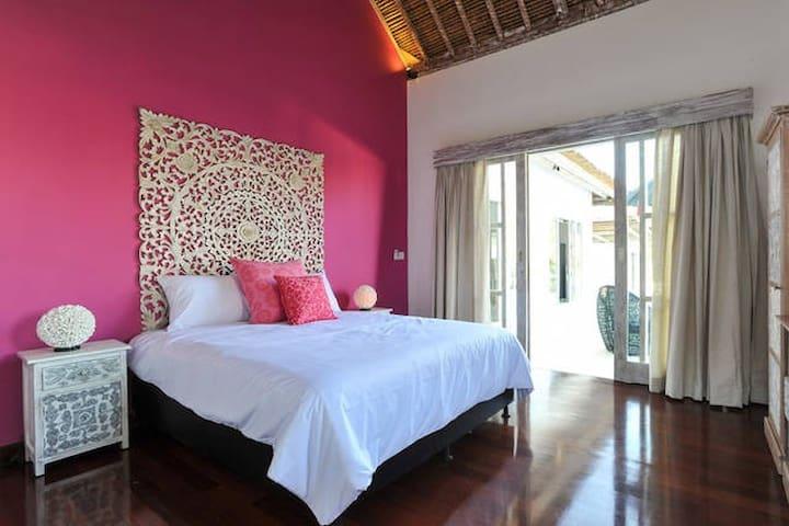 Big bedroom in a new villa with pool - South Kuta - Casa