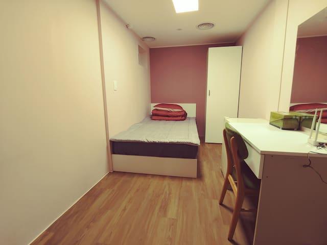 슈퍼싱글 침대, 책상, 와이파이, 옷장  super single bed, desk,  closet, free wifi