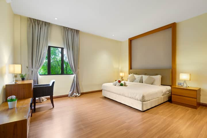 10pax/ Private Villa / near KLCC & Train 2-5