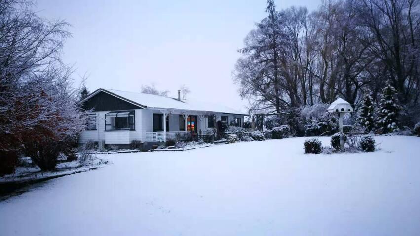 FairlieStar Holiday House