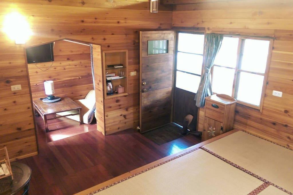 房間內部包含臥舖區以及小客廳。