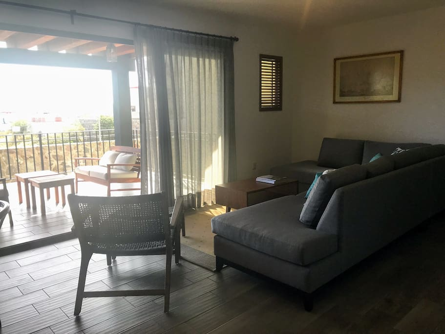 Sala con vista a la terraza y con mucha luz natural  / Living Room with view to the terrace and a lot of natural light