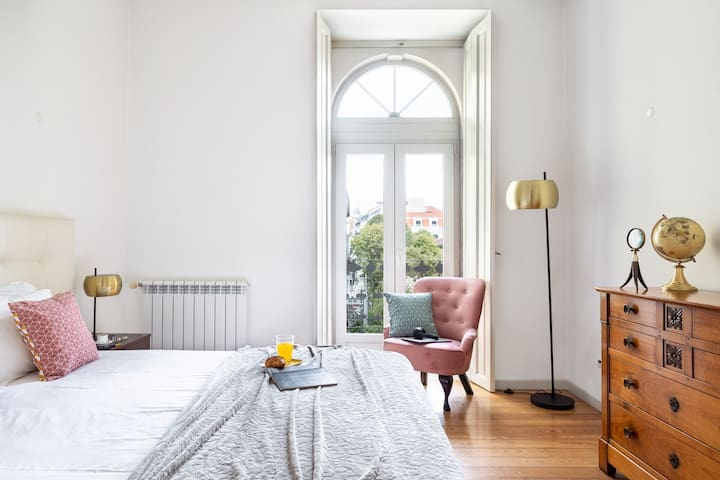 Monthly discount! 2BR Apt w/balcony and FREE Parking, in Chiado