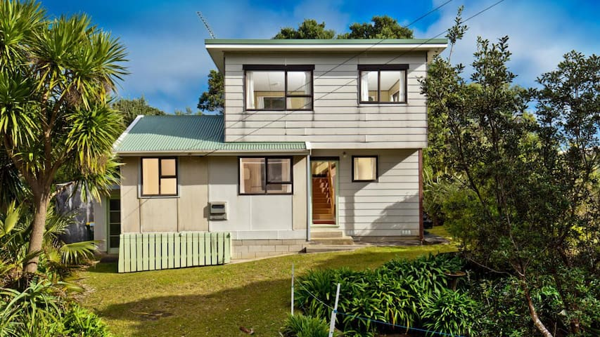 True Kiwi Beach House - Ocean Views - Muriwai - Hus