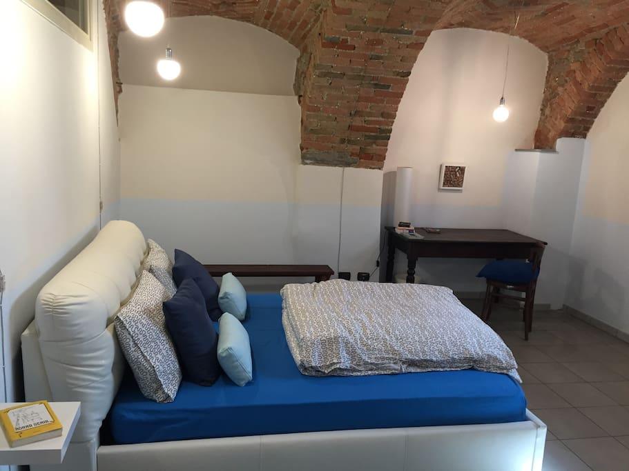 La camera da letto con il soffitto a volte di mattoni