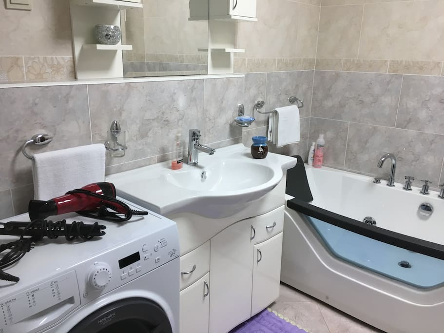 Modern and fully equipped bathroom