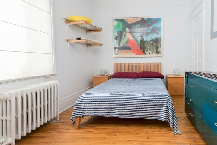 Double bed on Byron next to Metro Snowdon and more