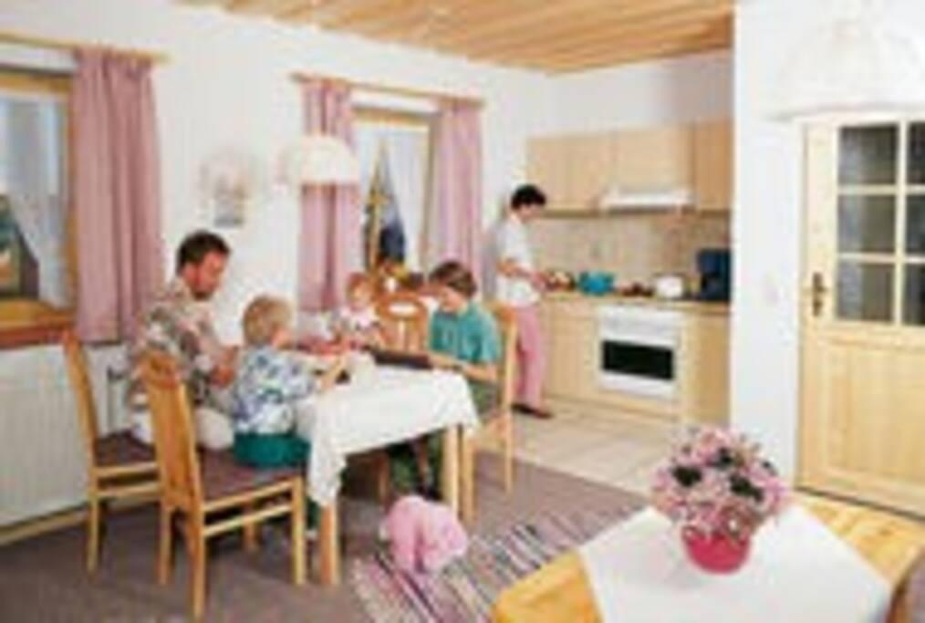 Essbereich mit vollausgestatteter Küche