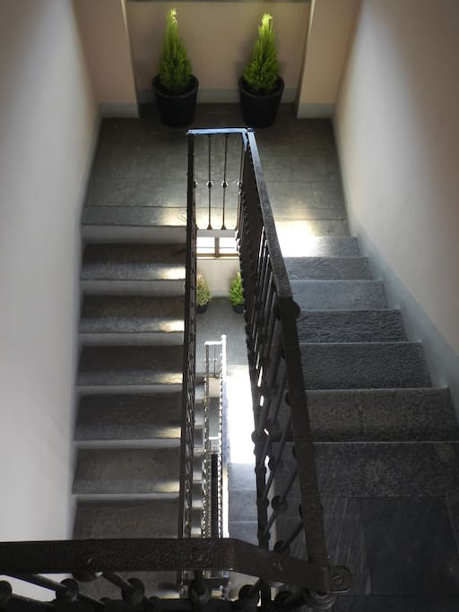graziosa palazzina d'epoca . i piani si raggiungono senza ascensore