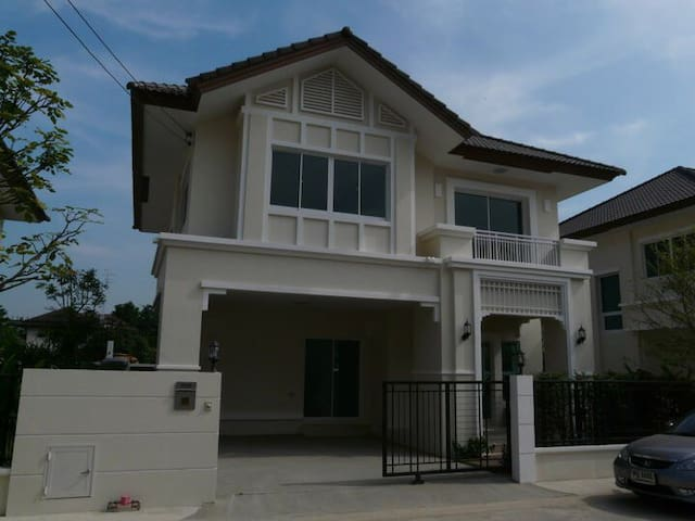 2BR house close to Central West Gate