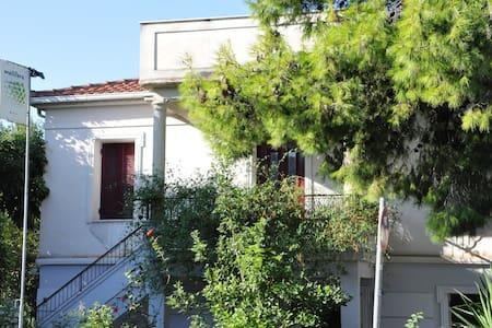 mellifera's farm & guesthouse-Aigio - Egio - Dům