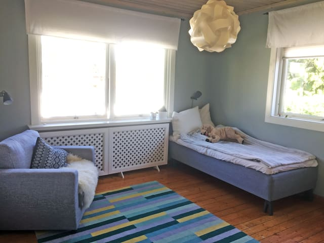 Sovrum 2 med enkelsäng och bäddfåtölj, övervåning