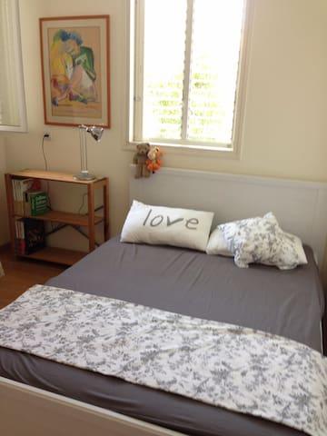 Cozy sunlit room very close to Tel Aviv University
