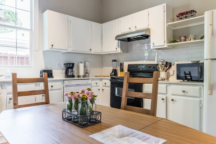 Two Bedroom Guest House - 2 miles to Downtown!