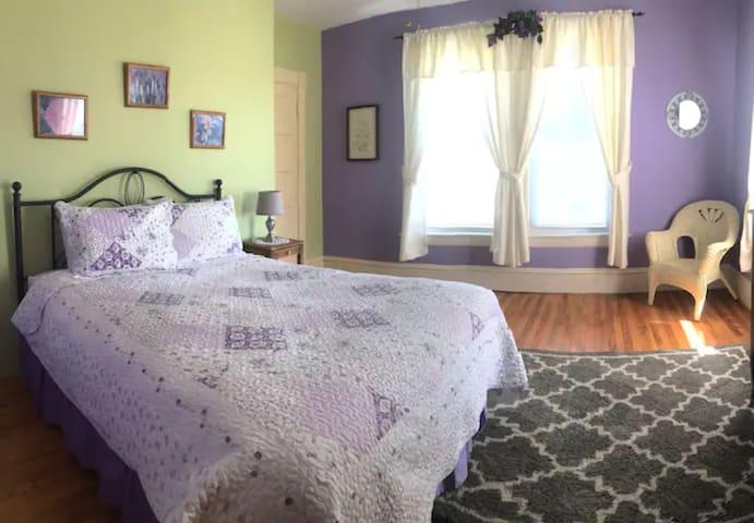Bedroom 6 - Lupine - 1 queen bed + en-suite bathroom