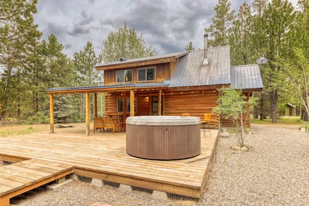 Serene, dog-friendly log cabin surrounded by trees w/ a private hot tub