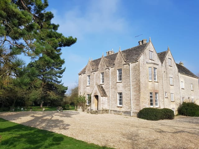 Large Cotswold Manor House in idyllic farmland