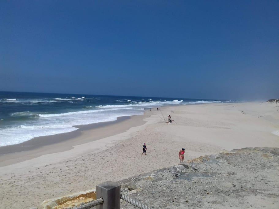 Praia de areias brancas e finas