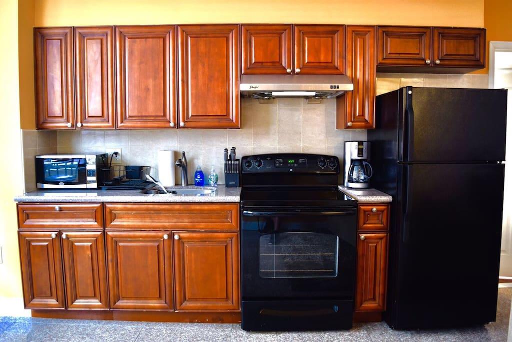Full kitchen w/ coffee maker