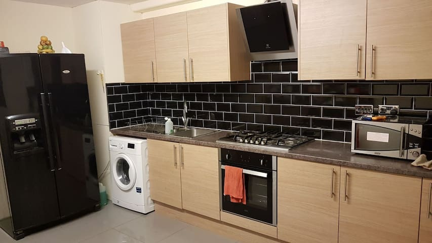 Spacious double bedroom- 15 mins to London