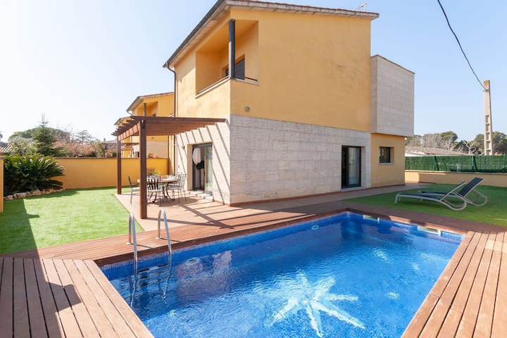 Cozy Holiday Home in Urbanització Bon Relax with Pool