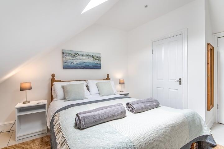 *Lovely 1st floor apartment w/kitchen & en-suite*
